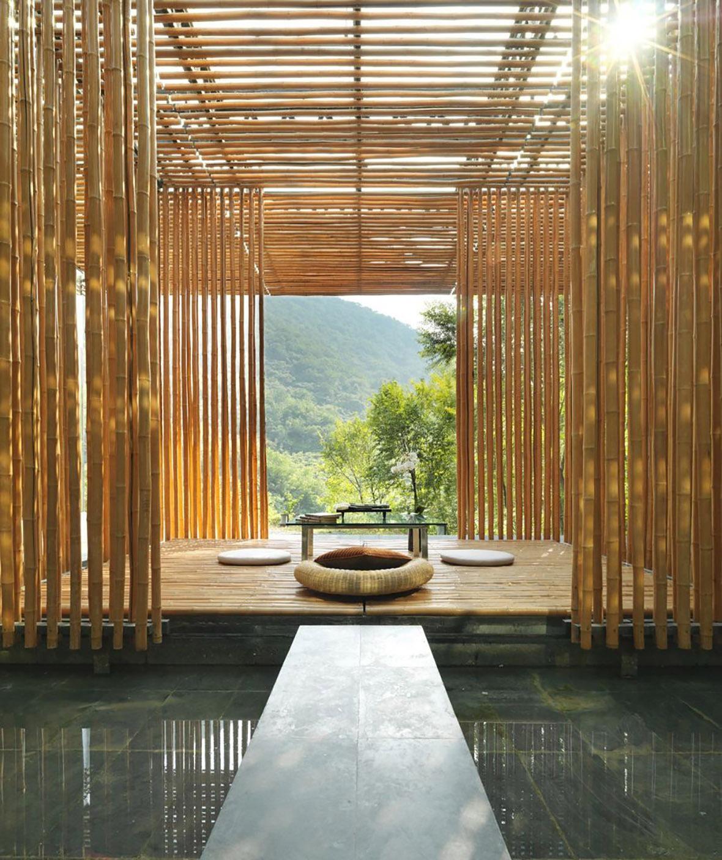 竹屋設計由大型透光的落地玻璃和金黃色的細竹構成,將日光從不同的角度入折射入室內。