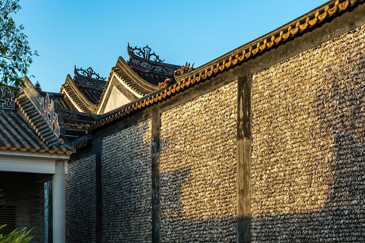 村內可以見到嶺南建築特式的「蠔牆」。以蠔作為建築材料,因為它不怕滲水、不怕蟲蛀及不怕風吹雨打,古人流傳了一種說法「千年磚,萬年蚝」。
