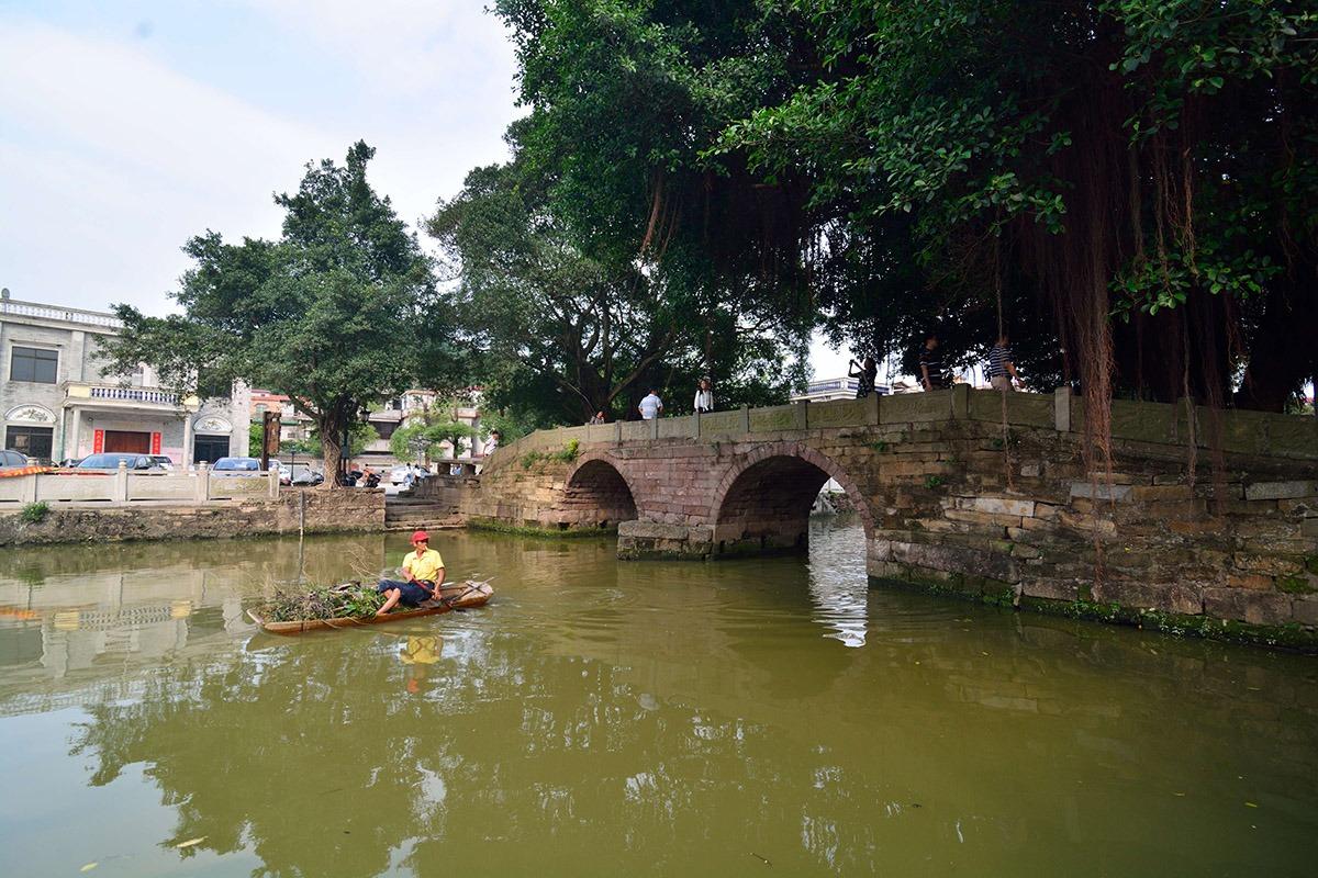 龍津橋建於清康熙時期,由紅色砂礫岩建做而成,橫跨在玉帶河上。橋面兩側各有16條望柱,刻著卷草和暗八仙法器圖案。
