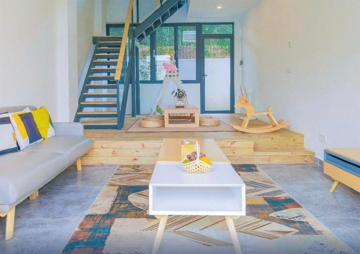室內的實木傢俬,加上暖色系的燈光,如置身樸實的簡約空間。