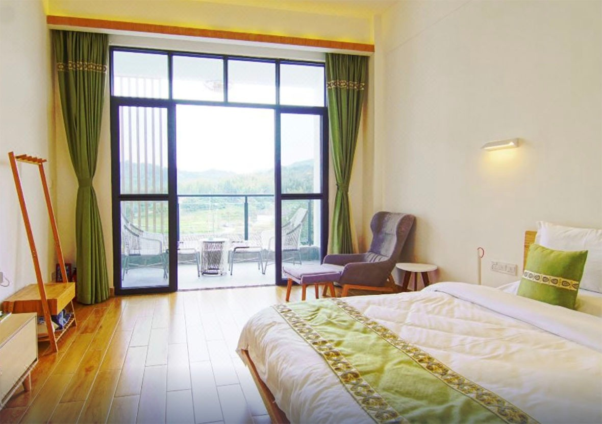 每個房間都有落地大玻璃,透入自然光。