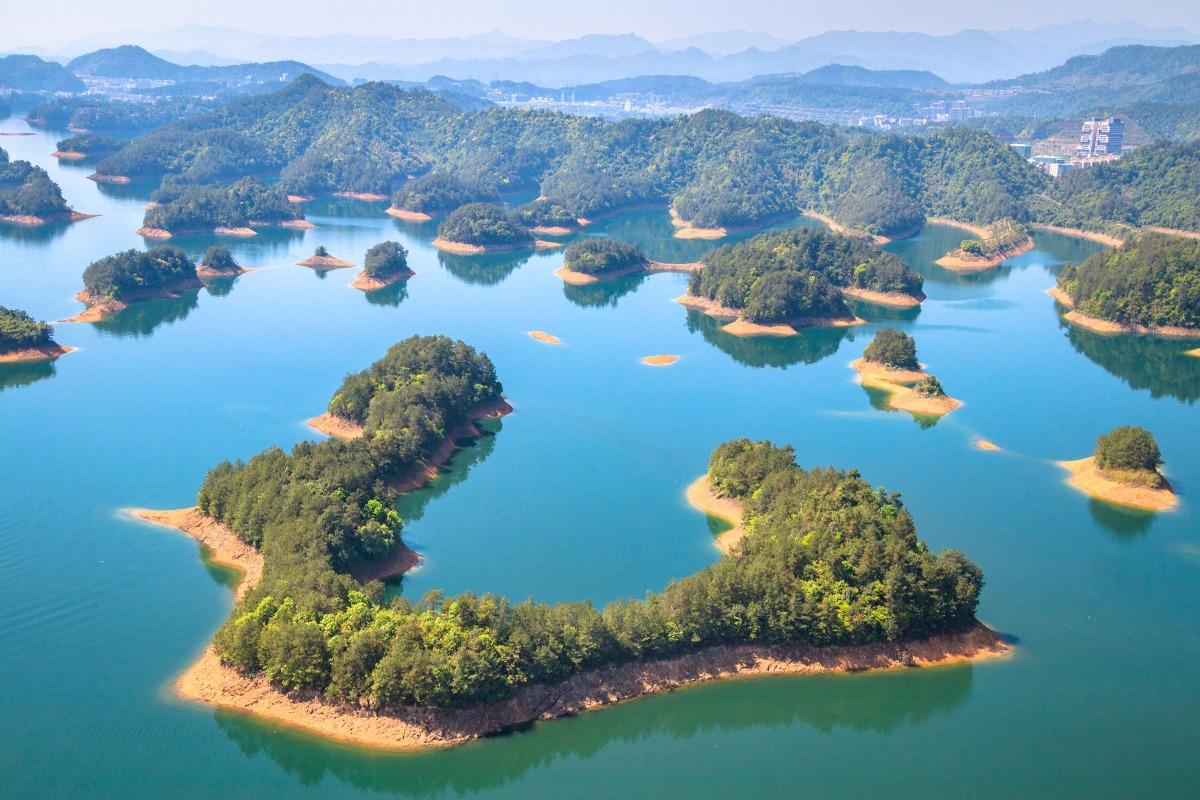 擁有不同方式前來千島湖度假如住酒店、蜜月婚紗、環湖單車旅行、自駕遊、登山攀石等都可以。