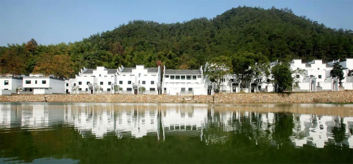 民宿以「走馬樓」式的設計,以百年徽派宅院建築風格建造。