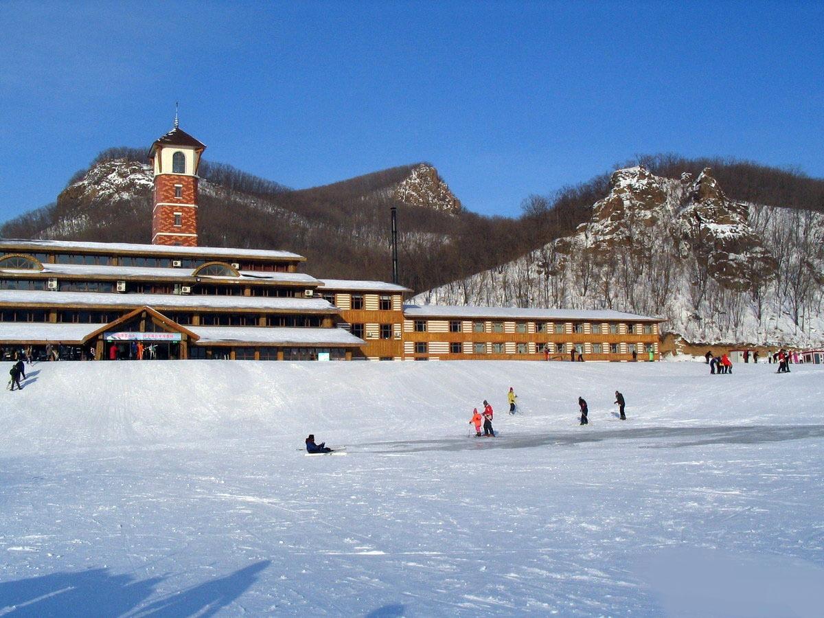 有「中國滑雪之鄉」的稱吉華滑雪場位於賓縣的賓西國家森林公園,雪場四面環山,地理位置優越。