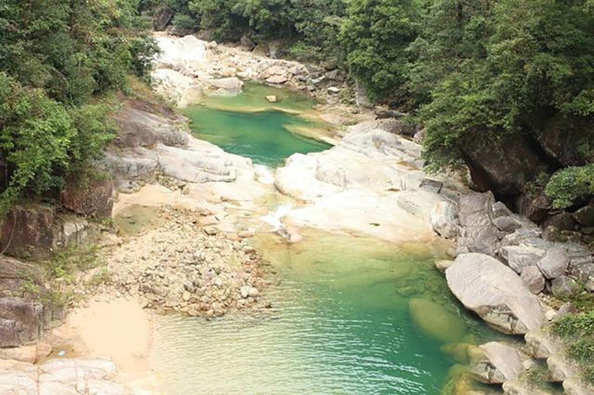 從上而下的小曝布,名叫「仙女潭」,水質清澈見底,猶如碧綠。
