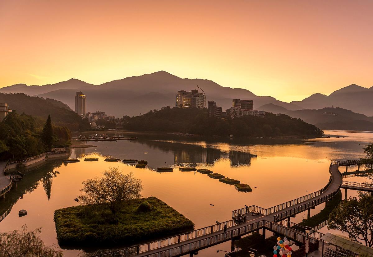 日月潭的晨曦與夕陽景致十分迷人,景色壯麗,「雙潭秋月」是台灣早期的八景之一。
