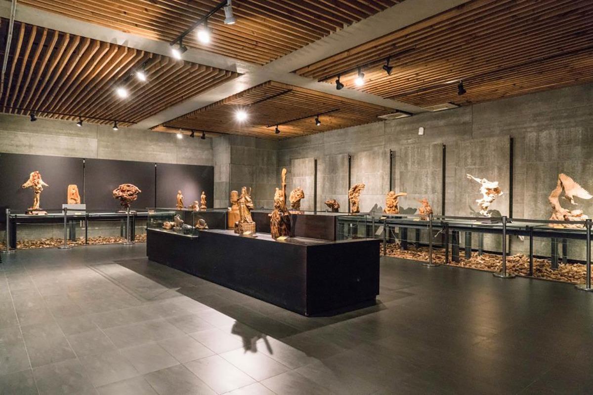 早期苗栗三義的木雕多以神像、工藝品為主,近年興起個人風格的藝術創作,各式各樣的雕刻作品不斷的展出,令人嘆為觀止!