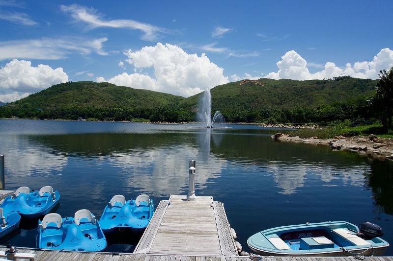 迪欣湖活動中心,簡稱迪欣湖,鄰近香港廸士尼樂園,在迪欣湖,既可欣賞大自然優美景色,同時亦可享受活動中心提供的各項活動服務及配套,的確是香港少有遠離繁囂的休閒地點。