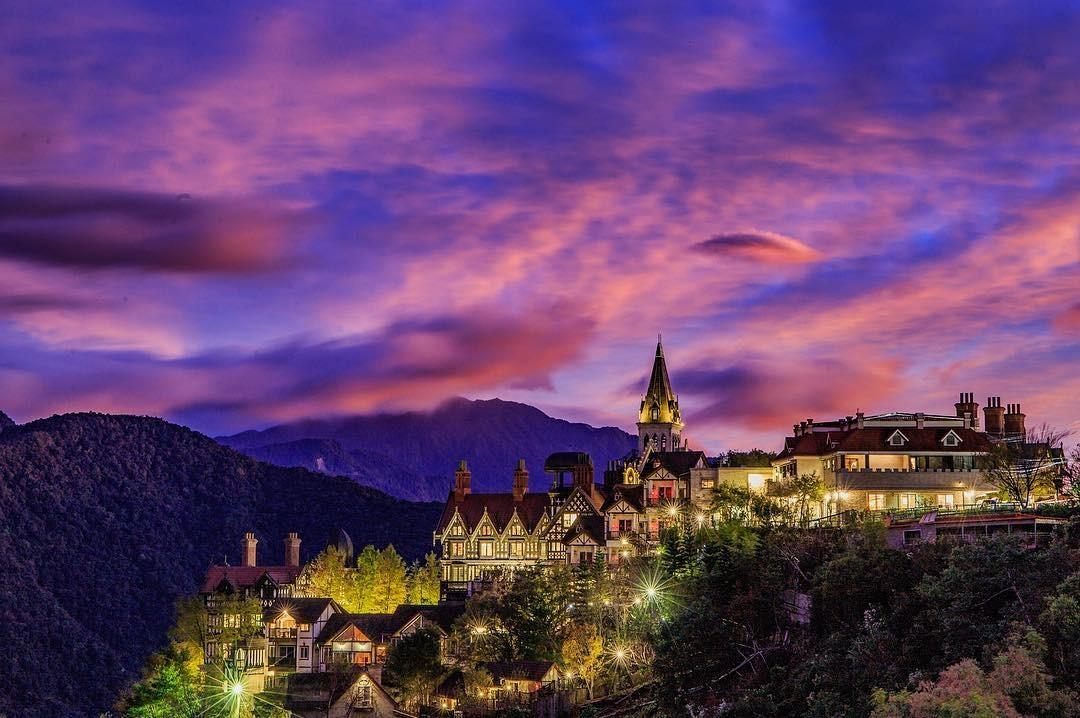 除了日間的歐陸風情美景,晚間更擁帶絢麗晚霞景緻。