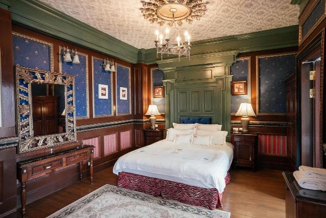 房內裝潢佈置像歐洲宮廷式,梳化、地毯、燈具、牆紙、窗簾,所有配置皆如復古華麗,由內到外的莊園設計,表裡如一。