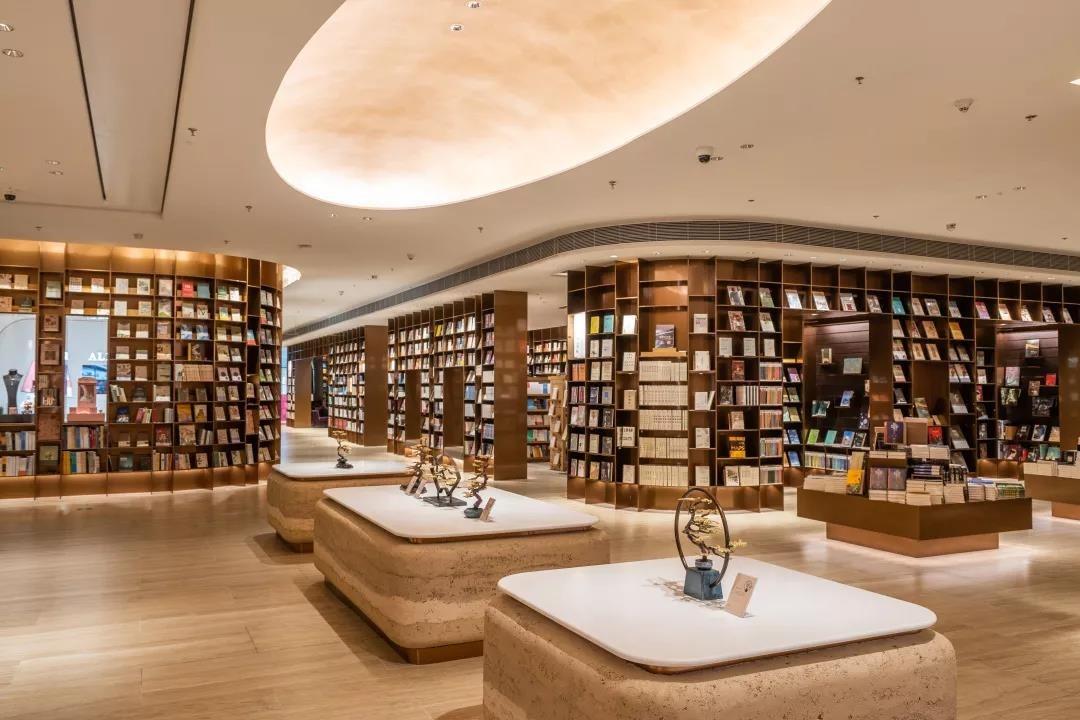 前檐書店面積佔商場L3大半層,藏書量多達8萬本,門口貼心釘上地圖,找書不怕迷路。