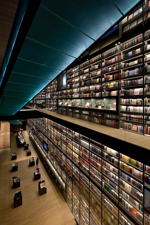 藝術書牆「Artron Wall」約50x30米,書牆內4萬冊藏書。