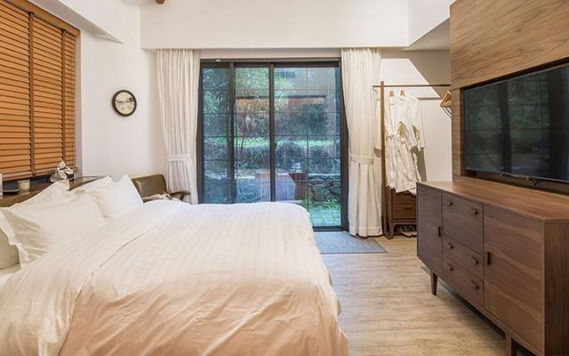 客房都大面積使用了落地玻璃窗,清澈透亮。(