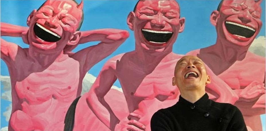 岳敏君作品最為人印象深刻的,就是那個招牌式開口大笑,極度誇張。他說作品中在笑的人是他本人。那些一樣的面孔,是藝術家面對荒謬現實的自嘲;一樣的表情,是對集體主義和唯利是圖的譏諷。(網上圖片)