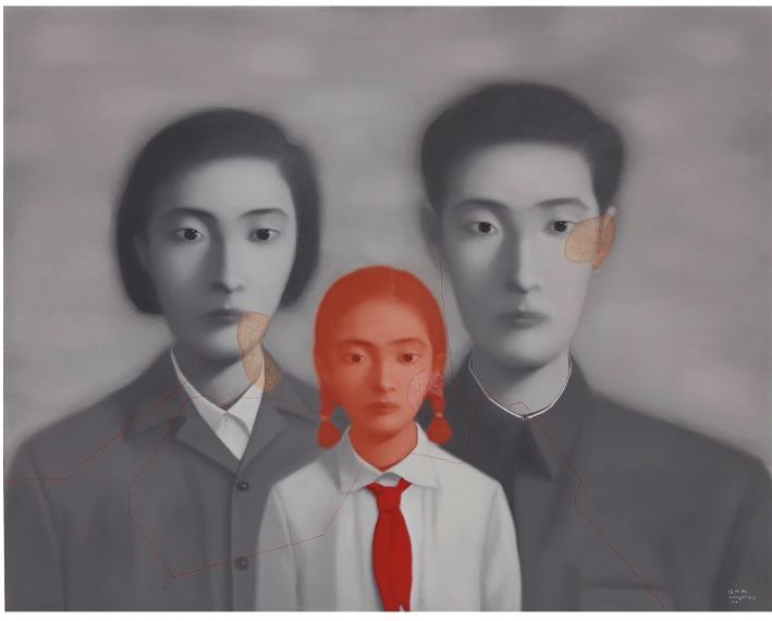 這是去年拍賣成交過千萬的《血緣—大家庭》系列其中一幅作品,畫中人人目光冰冷、木無表情,難以捉摸,還有那時代的髮型服飾,令作品氣氛充滿詭異。(網上圖片)