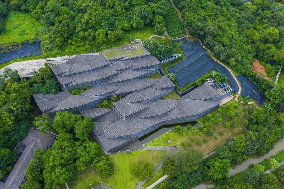 中國美術學院象山校區巧妙地融入園林,建築按山水地勢傾斜扭轉。(圖片來源:人民視覺)