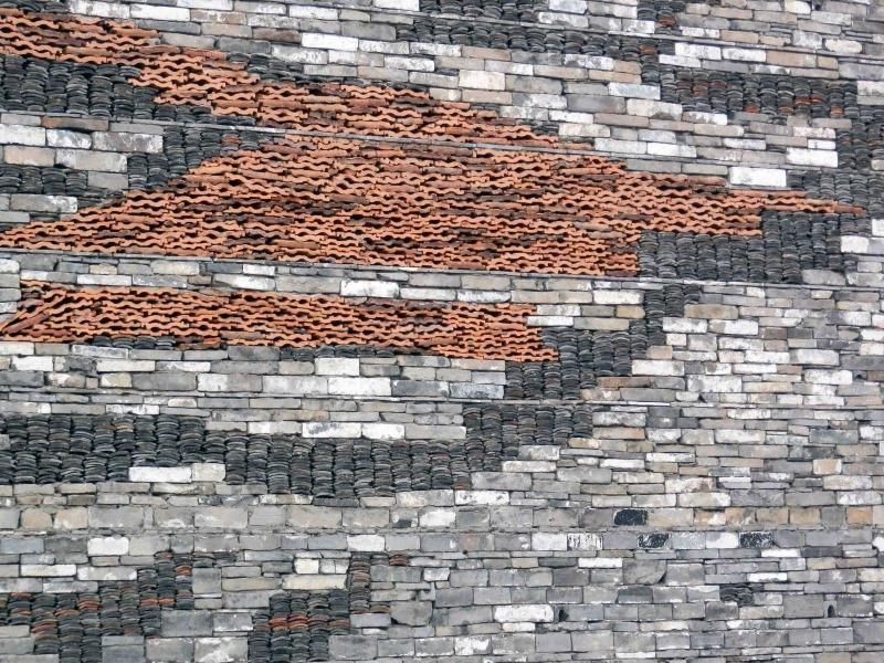 瓦爿牆是一種寧波民間的傳統建造技術,可以使用多達80種舊磚瓦混合併砌築牆體,是一種高超的技術。(網上圖片)