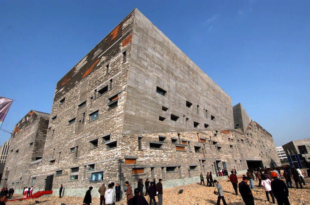 寧波博物館是「新鄉土主義」的代表作,建築傳承了古老的「瓦爿牆」工藝,牆身由拆卸村莊回收的舊磚瓦拼砌,環保、堅固、富歷史感,給人一種溫暖的感覺。(圖片來源:Getty)