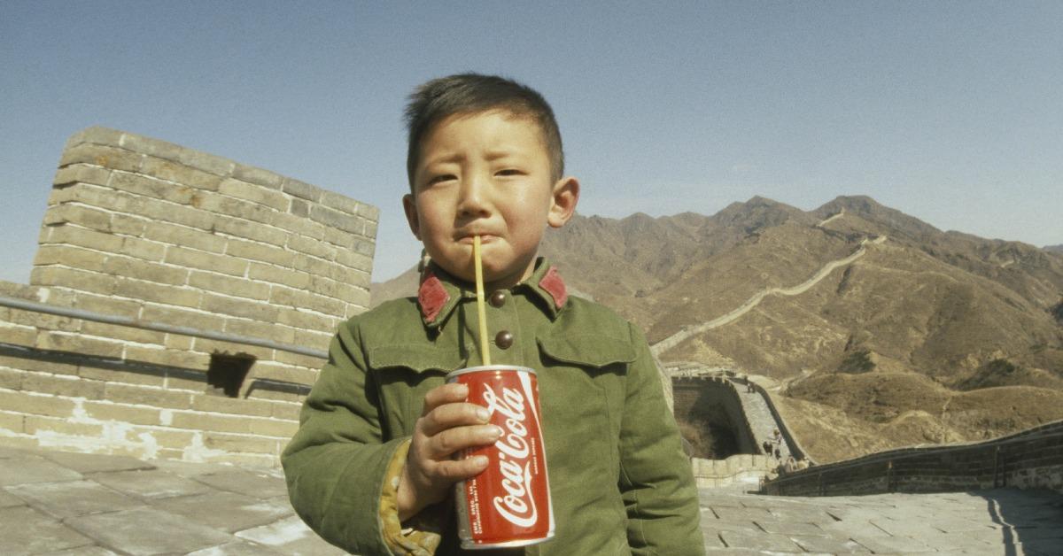 當代中國-改革開放-這是一張非常有名的照片,拍攝年份是1979年。據說相中男孩是改革開放後中國第一個喝可口可樂的平民。有指他手上的可口可樂是攝影師James Andanson偷偷帶進中國,然後在長城送給男孩,好讓他能拍照。