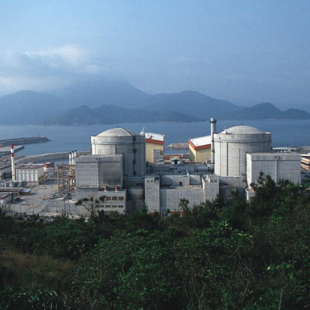 當代中國-中國科技-大亞灣位於廣東省深圳大鵬鎭,被評定為適合興建核電廠,而且鄰近香港,方便供電。
