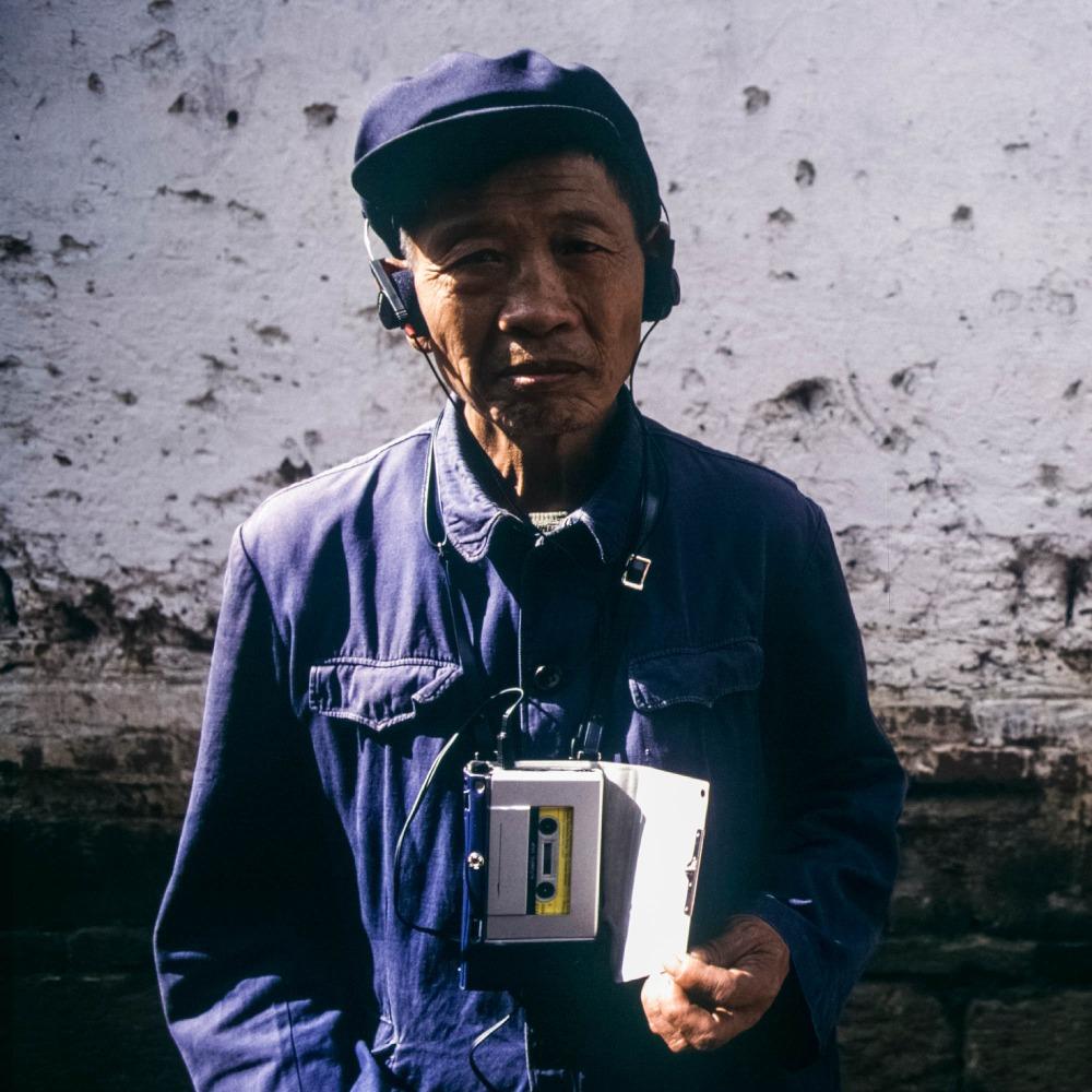 當代中國-改革開放-Sony Walkman當年風靡全球。革命性的科技,徹底改變人們聽音樂模式,將想聽的歌「隨身攜帶隨時聽」