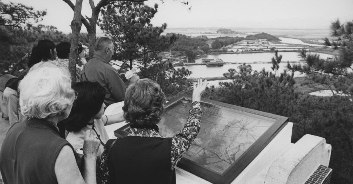 1979年,曾獲諾貝爾文學獎提名的詩人洛夫在余光中陪同下,登上落馬洲瞭望台,眺望一河之隔的祖國,寫下經典的《邊界望鄉》,這是其中一段。